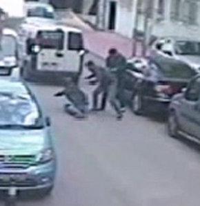 Samsun'da sokakta giderken korna çaldığı için tartıştıkları araç şoförünün babasına iki genç tarafından meydan dayağı atıldı