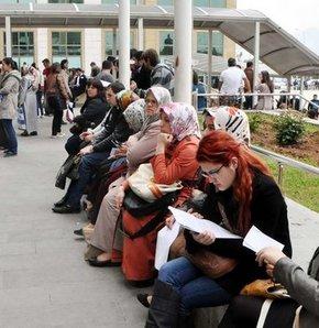 Antalya Adliyesi'nde 80 kişinin zabıt kâtibi olarak alınması için açılan sınava katılan 2 bin 300 kişi, sözleşmeli olarak işe girebilmek için klavye başında ter döküyor.