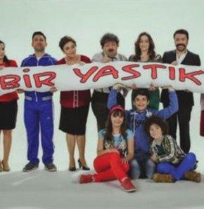 Özge Borak ve Bülent Emrah Parlak'ın başrolünü üstlendiği yeni aile komedisi 'Bir Yastıkta' Nisan Cuma akşamı saat 22:15'de TRT 1'de başlıyor!