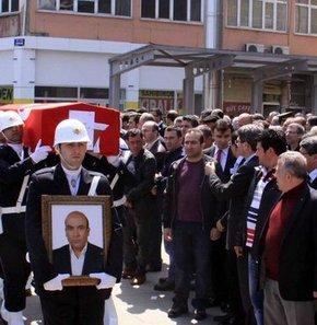Samsun'da tek başına kaldığı Adliye Lojmanları'nda dün ölü bulunan Cumhuriyet Savcısı 41 yaşındaki Murat Gök, bugün Büyük Cami'de yapılan cenaze töreni ardından Kıranköy Mezarlığı'nda toprağa verildi. Cenaze töreninde eski eşi ve kızı gözyaşına boğuldu.