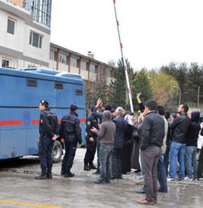 Terör Örgütü KCK davasında yargılanan çoğunluğu gazeteci sanıklar, duruşmaya siyah kostümler giyerek çıktı. Sanıklar,