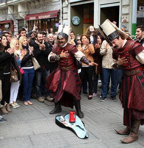 Yapımcılığını Duka Film'in, yönetmenliğini Mustafa Şevki Doğan'ın yaptığı TRT 1 ekranlarında her Cumartesi akşamı yayınlanan Osmanlı Tokadı dizisinin İstiklal Caddesi'nde yapılan çekimlerinde izdiham oldu.