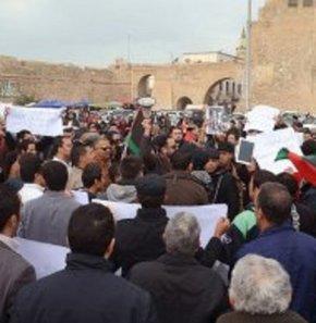 200'e yakın silahlı kişi Tripoli'de bakanlık binasını kuşattı