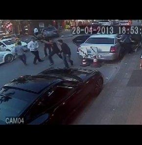 Yeşilköy'de bir kafeden rahatsızk verdikleri gerekçesiyle çıkartılan 3 kişi kalabalık bir grupla ellerinde uzun namlulu silahlarla geri döndü.