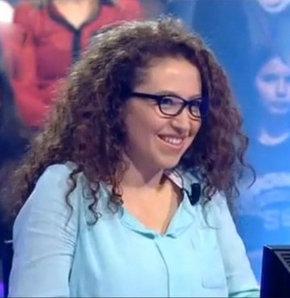 Kim Milyoner Olmak İster yarışmasının dün akşamki bölümünde yarışan Zeynep Bayraktar, ilginç tarzı ve yaşadıklarıyla dikkat çekti. 125 bin lira kazanan yarışmacı, yeni bölümde 250 bin için yarışacak...