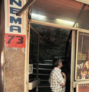 Son 1 ayda İstanbul'da 3 sinemaya fuhuş baskını düzenleyen polis, bu kez Kartal'da bulunan Sinema 73'te 24 kişiyi seks yaptıkları gerekçesiyle gözaltına aldı.