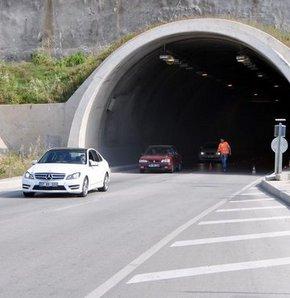Kemer Karayolu'ndaki Adnan Sevgin Tüneli'nde, bir otel servisiyle kamyonetin çarpışması sonucu 4 kişi yaralandı