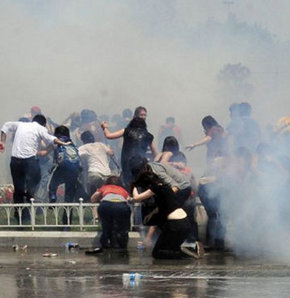 Taksim Gezi Parkı'nda yıkıma karşı 4 gündür devam eden eyleme, çevik kuvvet ekipleri iki koldan biber gazı ve tazyikli su ile müdahale etti.
