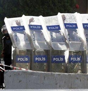 Polisler Taksim Meydanı'nı terk ediyor. Polis, Gezi Parkını boşalttı. Göstericiler parka girdi