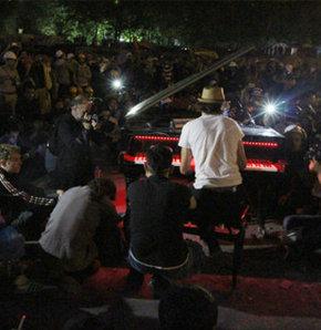 Gezi Parkı'nda iki gün iki gece 'barış için' çalınan piyano otoparkta tutuluyor