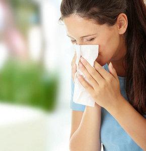Travmalar veya beyin zarında kendiliğinden oluşan hasarlara bağlı olarak burundan gelen şeffaf sıvının, Beyin Omurilik Sıvısı (BOS) akıntısı olabileceği, nezle zannedilerek tedavisi geciktirilen hastalığın menenjit dahil birçok ciddi probleme neden olduğu