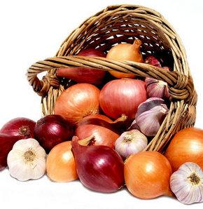 Diyetisyen Kübra Akın, soğanın antibiyotik özelliğinin yanı sıra, kan şekerini düzenleyici etkisi olduğunu, özellikle şeker hastalarının yemekle birlikte soğanı tüketebileceklerini söyledi.