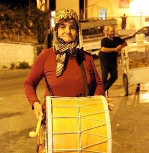 İzmir'de Ramazan ayı boyunca davul çalarak vatandaşları sahura kaldırma görevini Konyalı üç çocuk annesi Ayşe teyze yapıyor