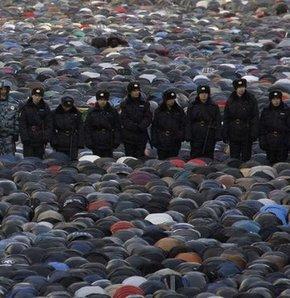Moskova'da binlerce Müslüman dün bayram namazı için Prospekt Mira'daki Merkez Camii'ne akın etti