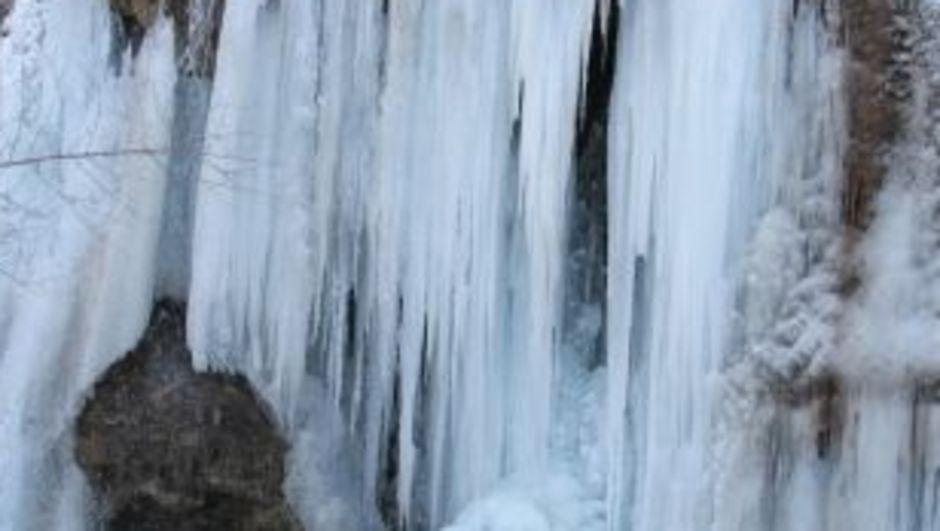 Girlevik Şelalesi buz tuttu!