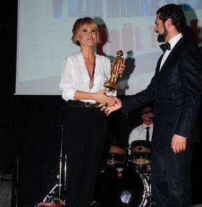 Mimar Sinan Güzel Sanatlar Anadolu Lisesi'nden Gülben Ergen'e ödül