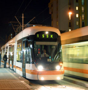 Eskişehir'de tramvay kazası,Yolun karşısına geçmek isteyen genç, tramvay ile korkuluklar arasına sıkıştı