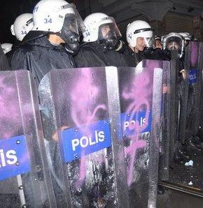 Polisleri mora boyadılar!
