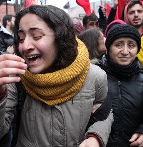 Okmeydanı Cemevi önünde kalabalık artıyor, Okmeydanı'ndaki tören için toplanıyorlar