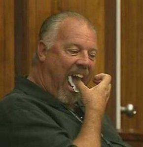 Mahkeme salonunda kanıtları yedi