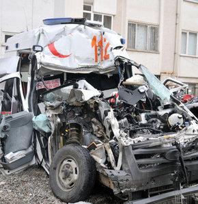 trabzon,trafik kazası,Ambulans, TIR'a çarptı!
