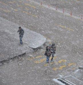 Erzurum'a kış geri geldi, Mart kapıdan baktırdı,erzurum'da kar yağışı başladı,erzurum,kar