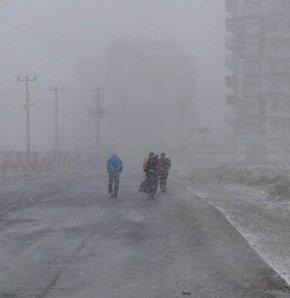 Kar yağışı,soğuk hava,kar altında sandığa gittiler,kar,30 mart,seçim