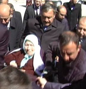 Orman ve Su İşleri Bakanı Prof. Dr. Veysel Eroğlu, Afyonkarahisar,annesi Emine Eroğlu, tekerlekli sandalye, oy kullanma, yardım
