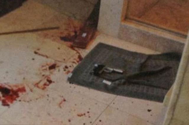 Kana bulanmış bir sopa ve bir silah, Pistorius cinayetinin olay yeri fotoğrafları.