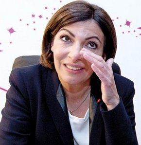 Anne Hidalgo Paris'in ilk kadın belediye başkanı unvanını da aldı.