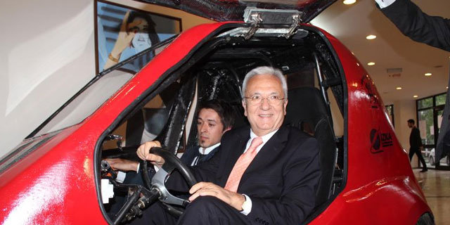 Altın gençler 'DEMOBİL'i tanıttı!, Dokuz Eylül Üniversitesi Güneş Arabaları Ekibince tasarlanıp üretimi gerçekleştirilen, Türkiye'nin ilk 4 tekerlekli 2 kişilik elektrikli aracı olduğu bildirilen DEMOBİL, törenle tanıtıldı