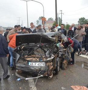 Freni boşalan kamyon dehşet saçtı!,Manisa'nın Kula ilçesinde freni boşalan kamyon otomobile çarptı: 4  yaralı