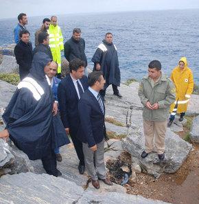 Balık avlarken denize düştü,Antalya'da kardeşiyle balık avlamak için deniz kenarına düşen bir kişi dengesini kaybederek denize düştü