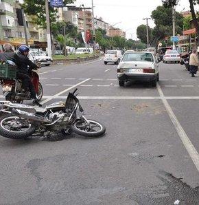 Motosiklet duran araca çarptı!