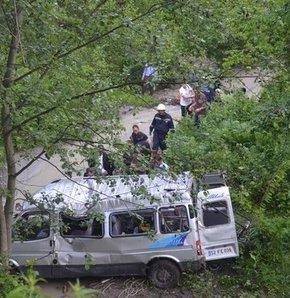50 metrelik uçurumdan dereye yuvarlandı,Ordu'nun Altınordu İlçesi'nde  minibüs, yağmur nedeniyle kaygan olan yolda kontrolden çıkarak 50 metrelik uçurumdan dereye yuvarlandı