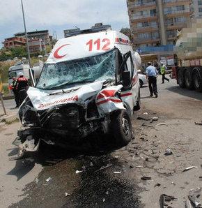 Hasta taşıyan ambulans kaza yaptı!,İzmir'de ambulans ile tanker çarpıştı