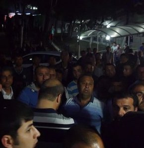 Kaza mahalleliyi ayağa kaldırdı!,Edirne'de bir taksinin çarptığı motosikletli gencin yakınları taksicinin kendilerine verilmesi için toplandı