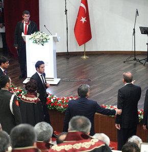Yargı törenlerinde 'kürsü' düzenlemesi, Kürsü düzenlemesi,Başbakan ve Feyzioğlu arasındaki gerginlik hükümeti harekete geçirdi