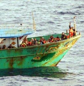 Akdeniz'de kaçak mülteci taşıyan tekne battı. 17 mültecinin cesedine ulaşıldı, çoğu kadın ve çocuk 200 kişi kayboldu.