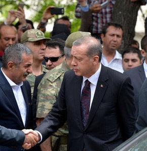 Başbakan Erdoğan Soma'da hayatını kaybedenlerin sayısının 238 olduğunu açıkladı, Başbakan Recep Tayyip Erdoğan Soma'daki maden ocağı bölgesine geldi, Başbakan Soma'da, Başbakan Erdoğan Soma'ya geldi