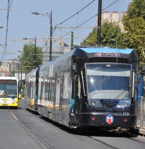Kabataş- Bağcılar hattında ilerleyen tramvay İETT otobüsüyle çarpıştı