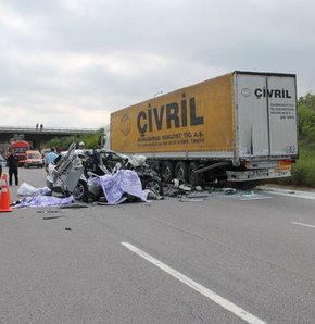 Adana'da trafik kazası,Adana'da meydana gelen trafik kazasında aynı aileden 2 kişi öldü, 2 yaralı