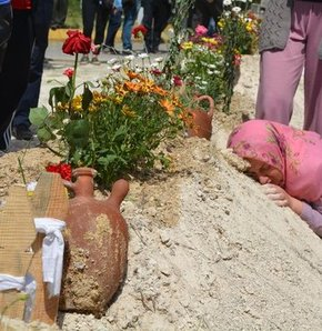 Soma'daki işçilerin mezarı başındaki testinin sırrı ortaya çıktı, Toprak testilerin sırrı ortaya çıktı, Soma'da maden kazası, Soma'da maden faciası