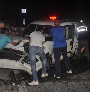 Kamyonet otomobille çarpıştı,Manisa'da, kamyonet ile otomobil çarpıştı: 6 kişi yaralandı
