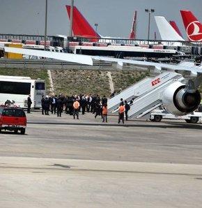Gül ailesi tarifeli uçakla ABD'ye gitti Cumhurbaşkanı Gül Gül ABD'ye tarifeli seferle gitti Gül çifte Mehmet Emre'nin mezuniyet töreni için ABD'ye gitti