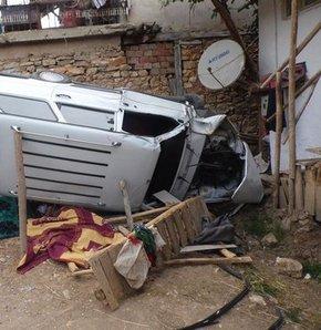 Kontrolden çıkan araç bahçeye daldı,Uşak'ta kontrolden çıkan araç bahçeye daldı: 2 ölü, 1 yaralı