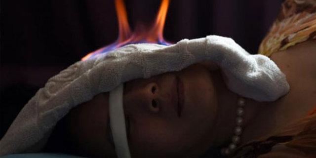 """Ateş terapisi, çin, """"Ateş terapisi"""" adı verilen bu yöntem aslında yüzyıllardır Çin'de alternatif tıp yöntemi olarak kullanılıyor."""
