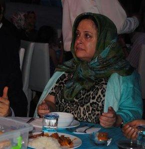 Dilek Sabancı verdiği iftarda gözyaşlarını tutamadı, Merhum işadamı Sakıp Sabancı'nın kızı Dilek Sabancı, Beşiktaş Belediyesi'nin çadırında iftar yemeği verdi