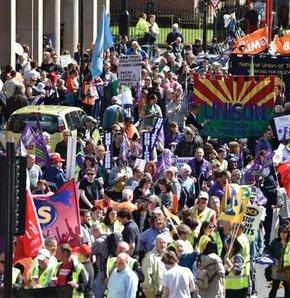 İngiltere'de aralarında öğretmenlerin, itfaiyecilerin ve ulaşım çalışanlarının da olduğu bir milyondan fazla kamu çalışanı greve gitti.