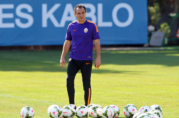 Galatasaray'ın yeni teknik direktörü Prandelli, sahaya çıkan oyuncularıyla merdivenin başında tek tek tokalaştı